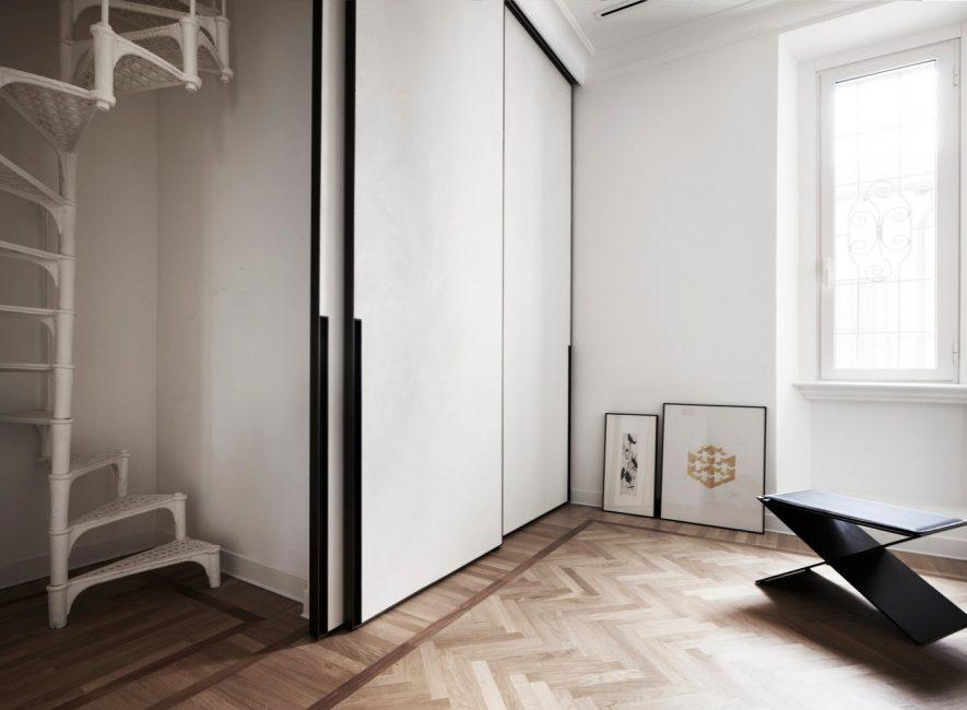 Elementi neri renderanno il design del corridoio meno noioso.