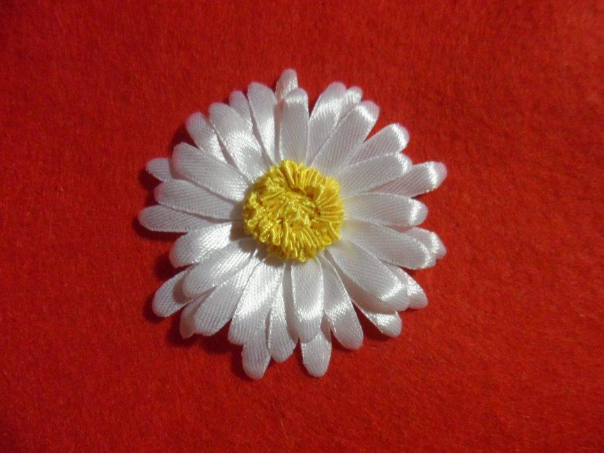 Anda boleh membuat kecantikan bukan sahaja dari reben satin yang luas, tetapi dari bahan yang lebih kecil