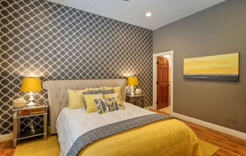 Benzer yatak odası zarif ve gizli görünüyor.