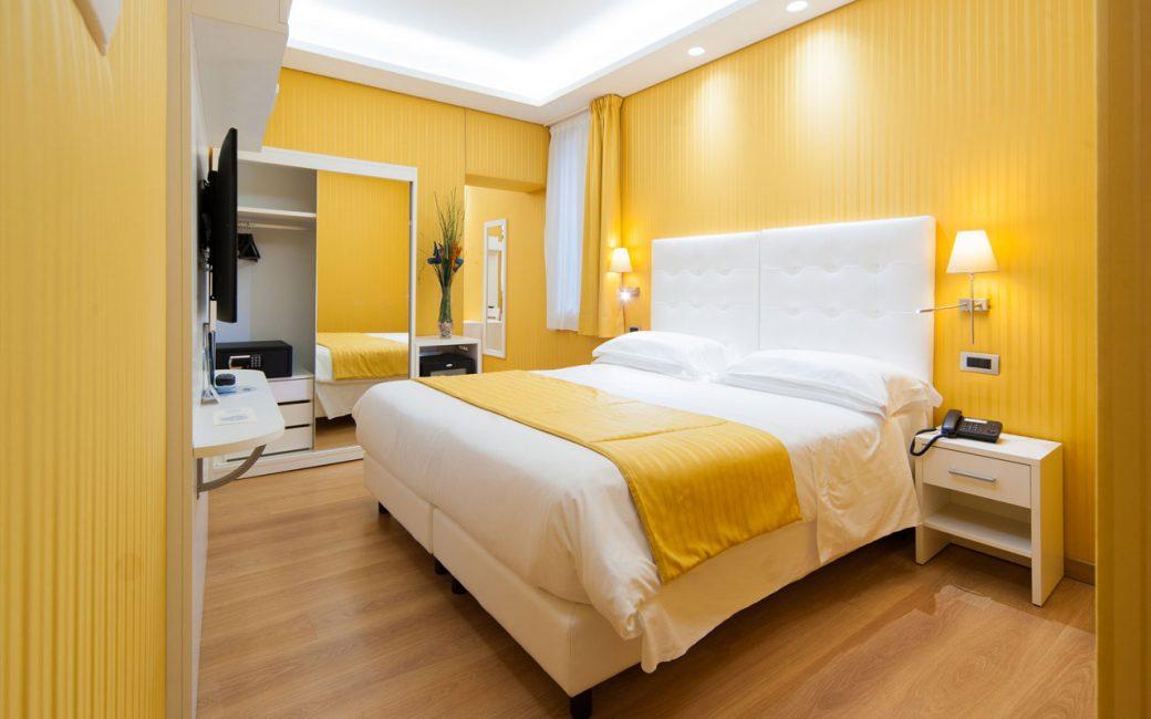 Yatak odasının duvarlarında sarı tonları daha ferah, daha zarif ve daha hafif hale getirir.
