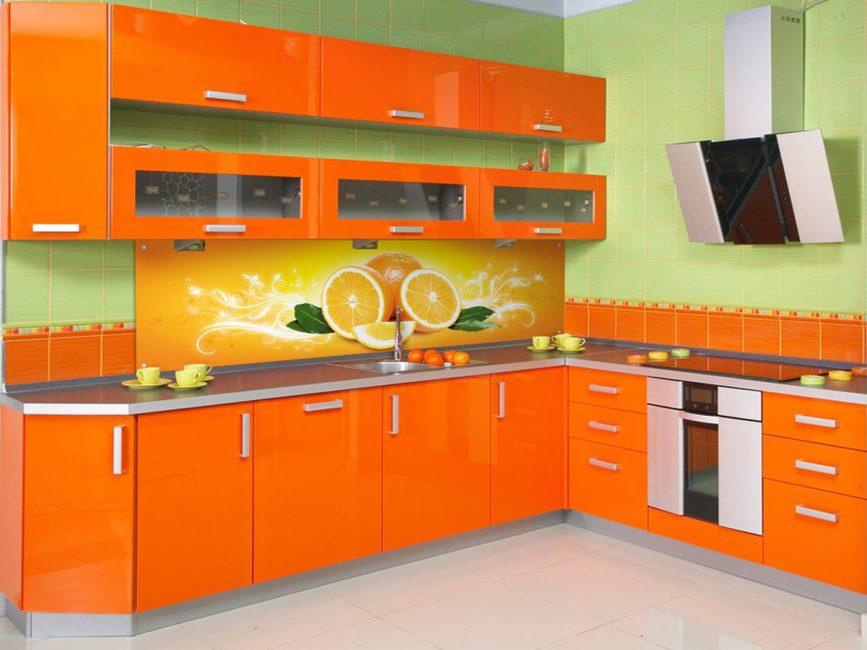 Διαφορετικές αποχρώσεις των δύο χρωμάτων σε μεγάλα δωμάτια δημιουργούν μια φωτεινή παλέτα.