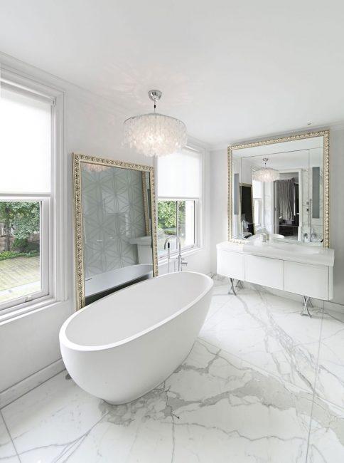 Banyoda büyük mermer plakalar