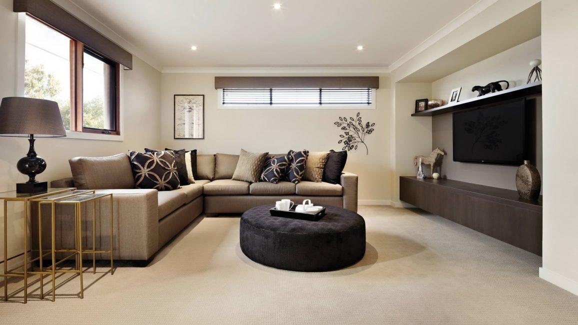 Çoğu geleneksel olarak bej tonlarında bir misafir odası yaratır.