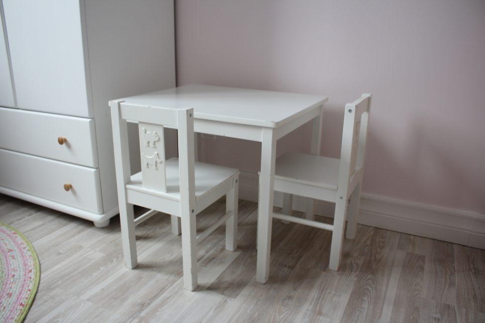 Terdapat banyak kerusi dan meja yang berbeza.