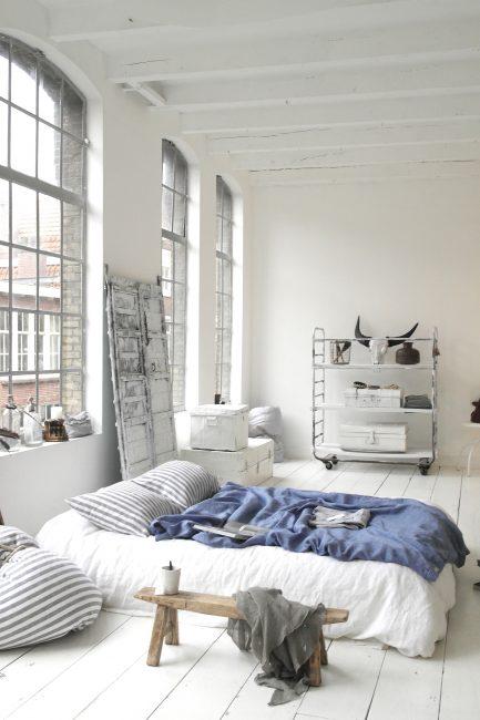 Per i mobili leggeri è più facile scegliere oggetti decorativi.