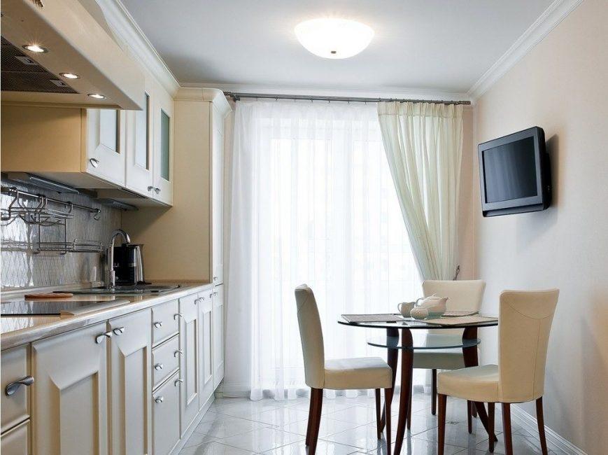 Model tonal ringan dengan set dapur