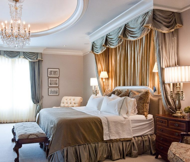 Gabungan tirai di atas katil dan di tingkap