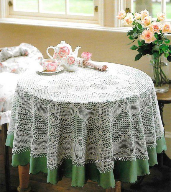 Kelihatan kain meja yang terbaik, mengulangi bentuk meja