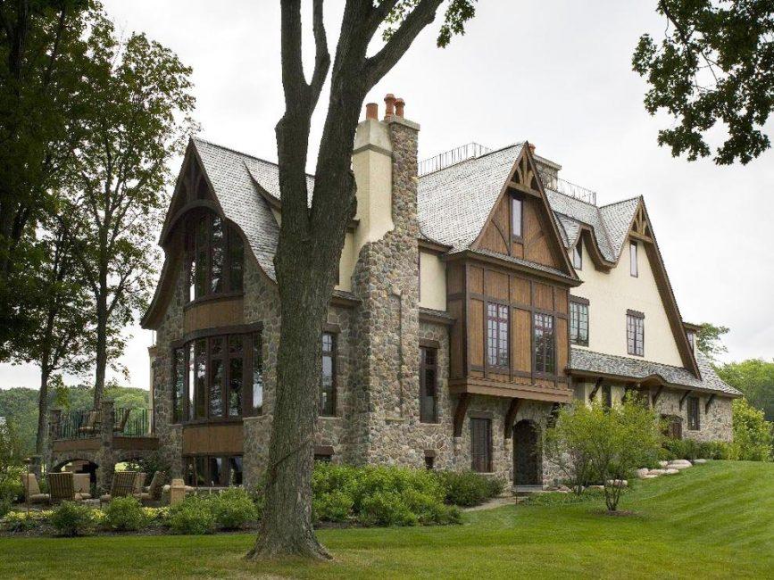 Çatı karmaşık, büyük, evin etkileyici bir bölümünü kaplar