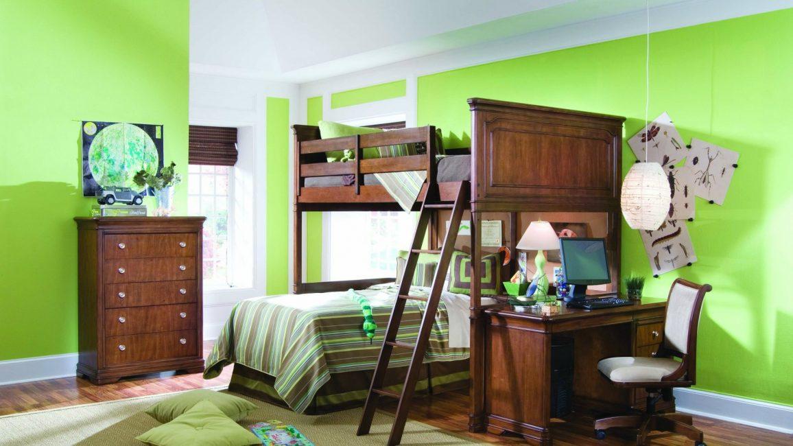 Duvar dekorunda yeşilin serin tonları, alanı görsel olarak iter