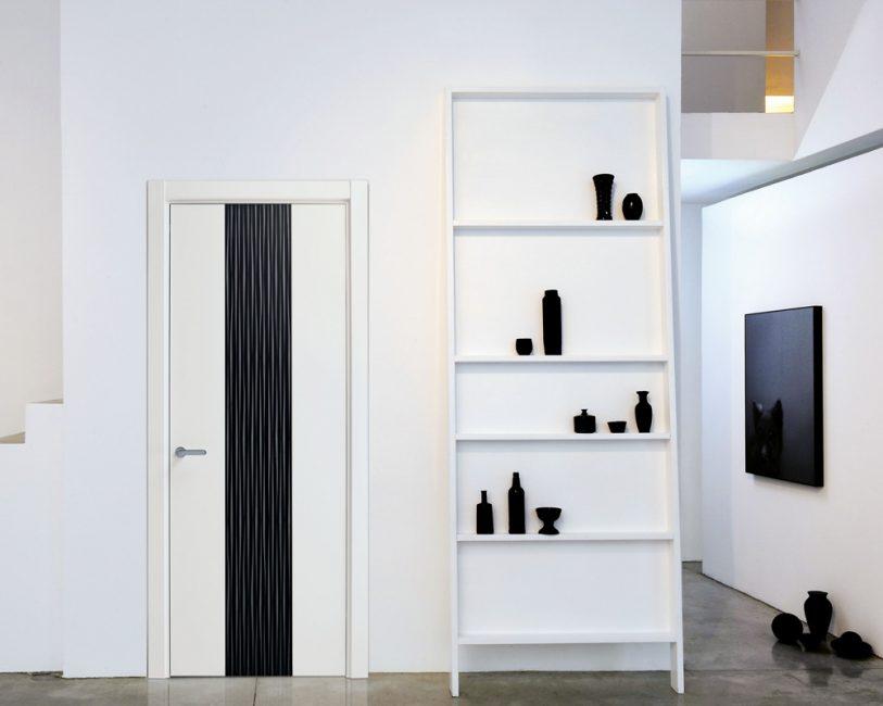 La porta bicolore si inserisce armoniosamente all'interno