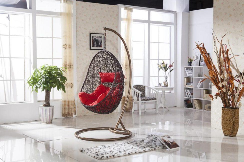 Kerusi berlengan dengan sokongan lebih mudah dipasang di dalam rumah.