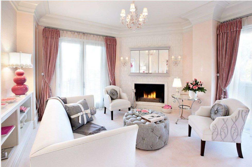 Ruang tamu merah jambu dan putih yang luas