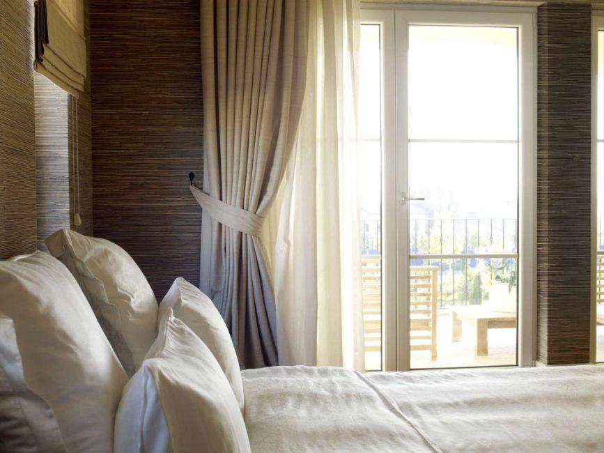 Tirai dengan pintu balkoni