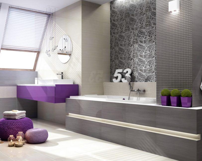 Bilik mandi dengan aksen berwarna