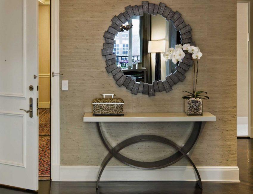 Cermin adalah berbeza dalam bentuk dan saiznya.