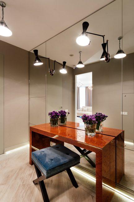 Meja dengan cermin untuk lorong-lorong kecil