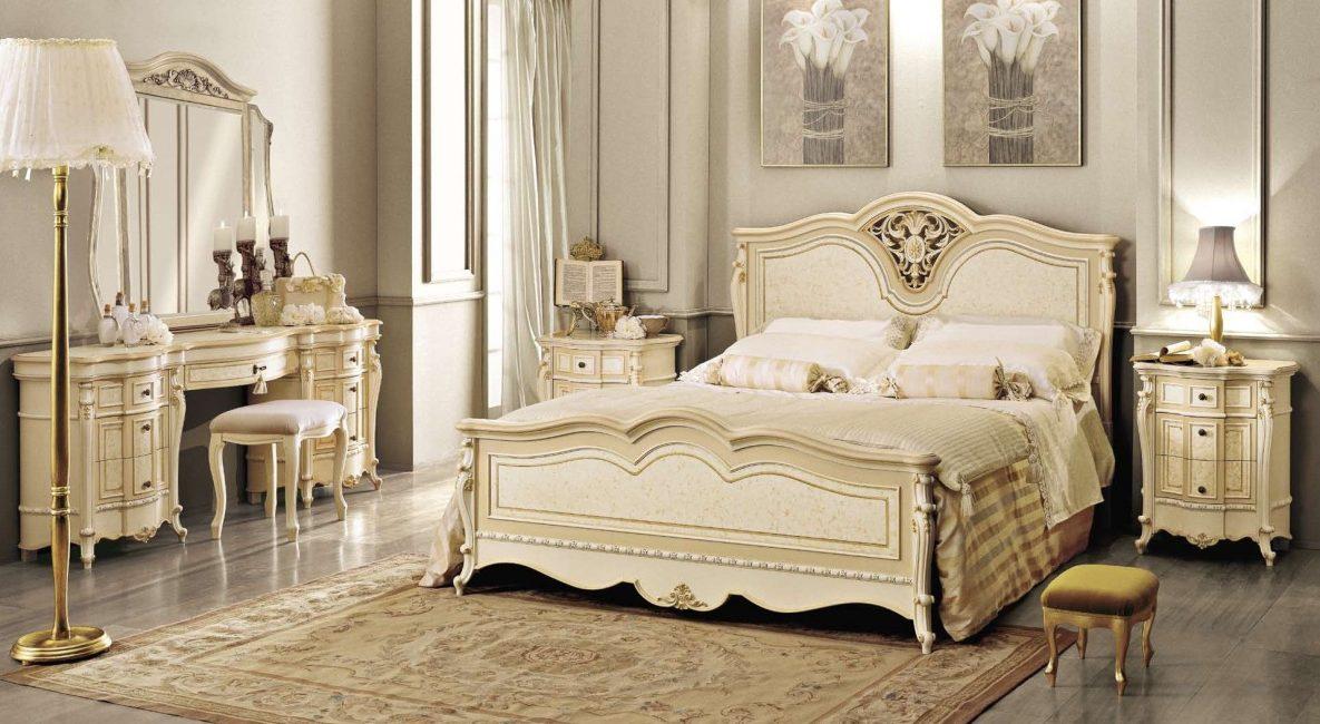 Bilik tidur ini mempunyai perabot kayu atau besi tempa.