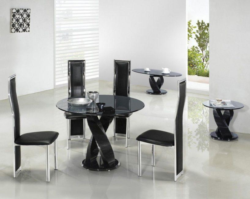 Perabot hitam digabungkan dengan dinding putih