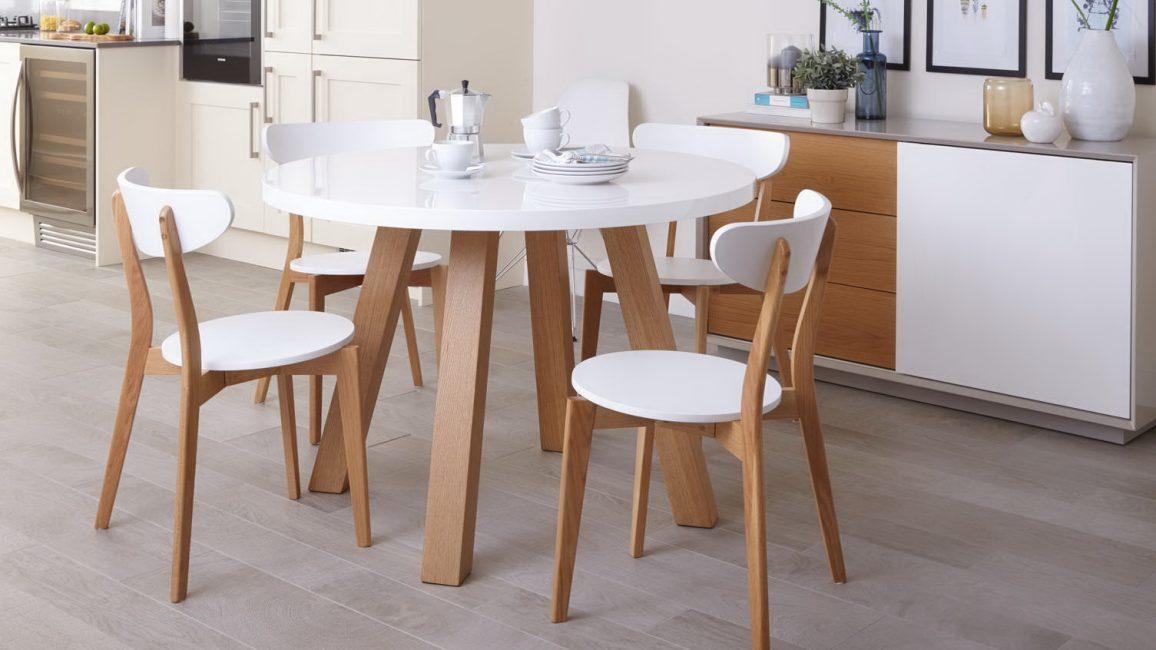 Meja ini sesuai untuk bilik-bilik besar dan kecil.
