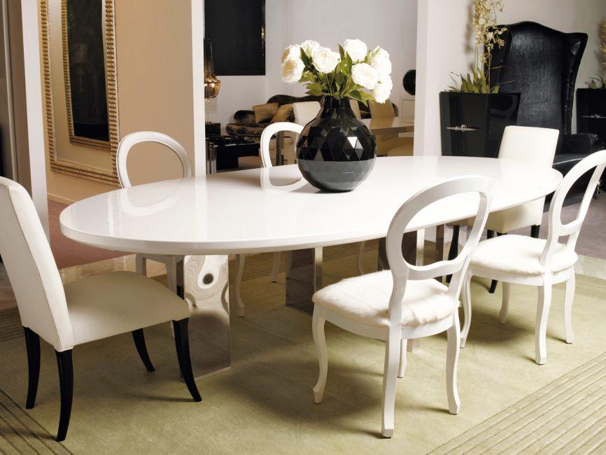 Di bilik yang luas, lebih mudah untuk menekankan bentuk elegan meja.