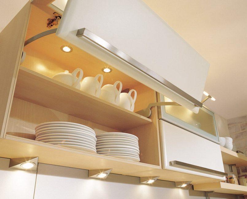 Pencahayaan yang sama berfungsi sebagai hiasan dapur.