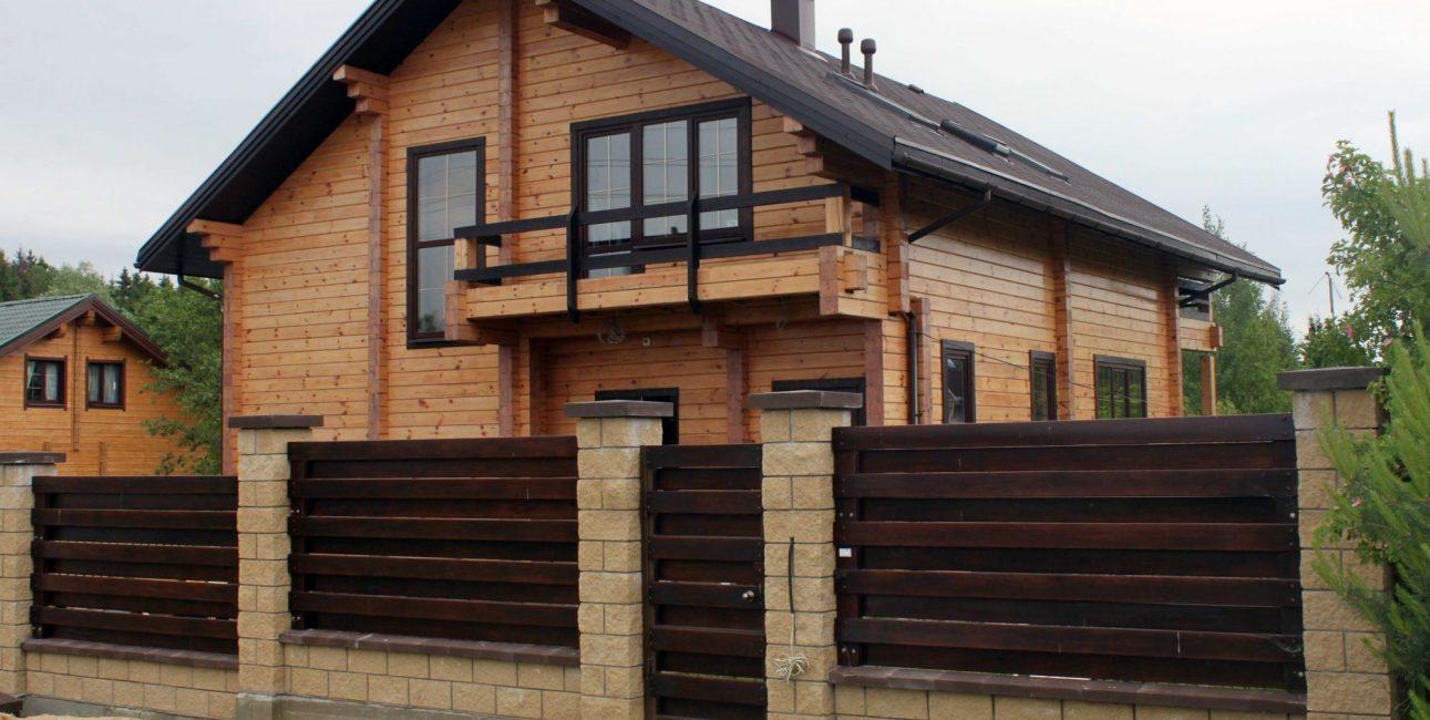 Memasang pagar untuk rumah kayu adalah projek yang susah payah.