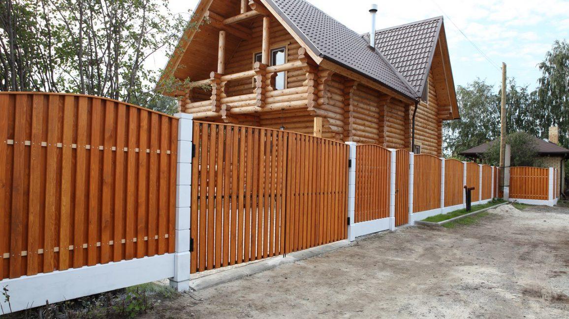 Jenis pagar akan memainkan peranan penting dalam penampilan keseluruhan rumah.