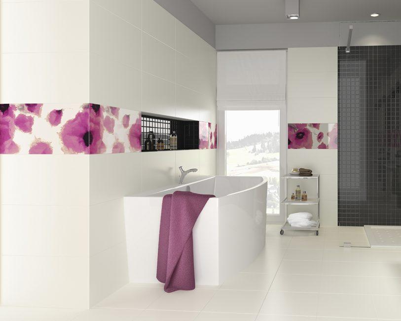 다채로운 꽃 장식의 욕실