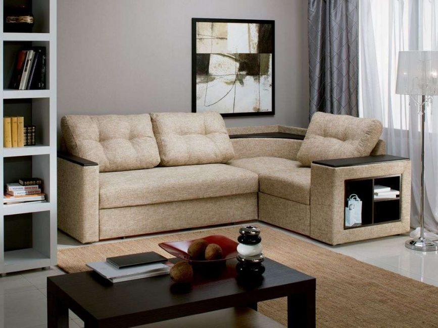 Sofa penjuru di ruang tamu kecil