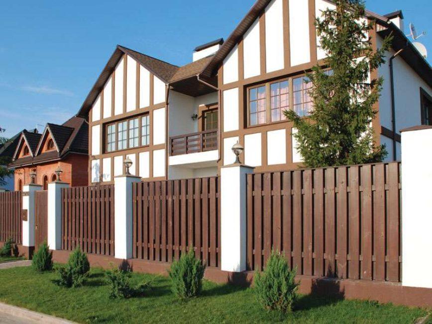 Kayu adalah jenis pagar yang paling popular.