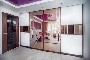 Porte con specchio: 125+ (foto) ingresso e interni all'interno (plastica, metallo, legno, coupé)