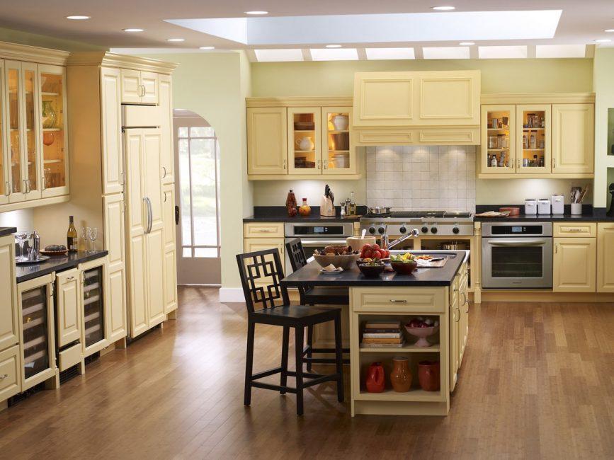 Dapur besar yang terang di sebuah rumah persendirian