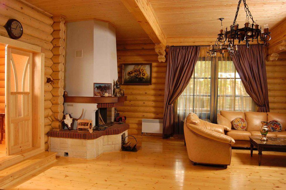 Lantai dan dinding adalah kayu.