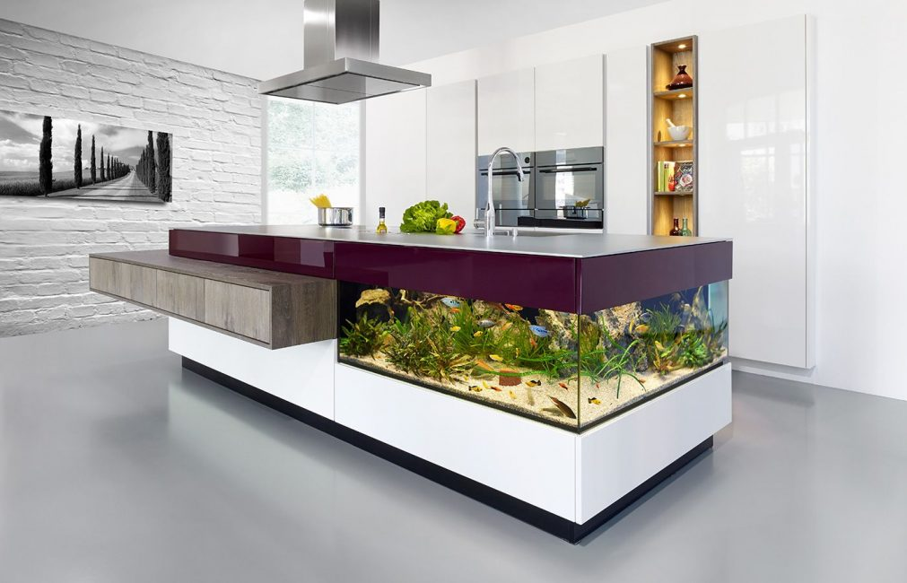 Akuarium dibina ke dalam meja