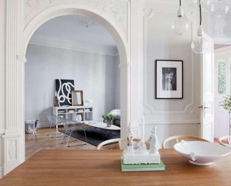 Dengan bantuan gerbang klasik, anda boleh mengatur masuk ke dapur, lorong, dan sebarang peralihan lain