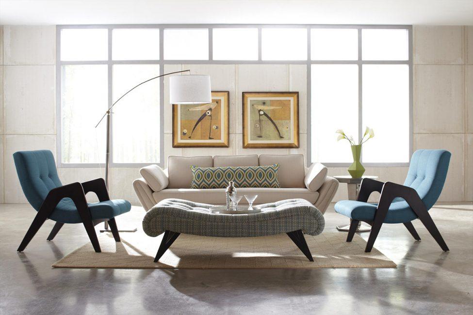 Sofa kecil di ruang tamu besar mungkin hilang.
