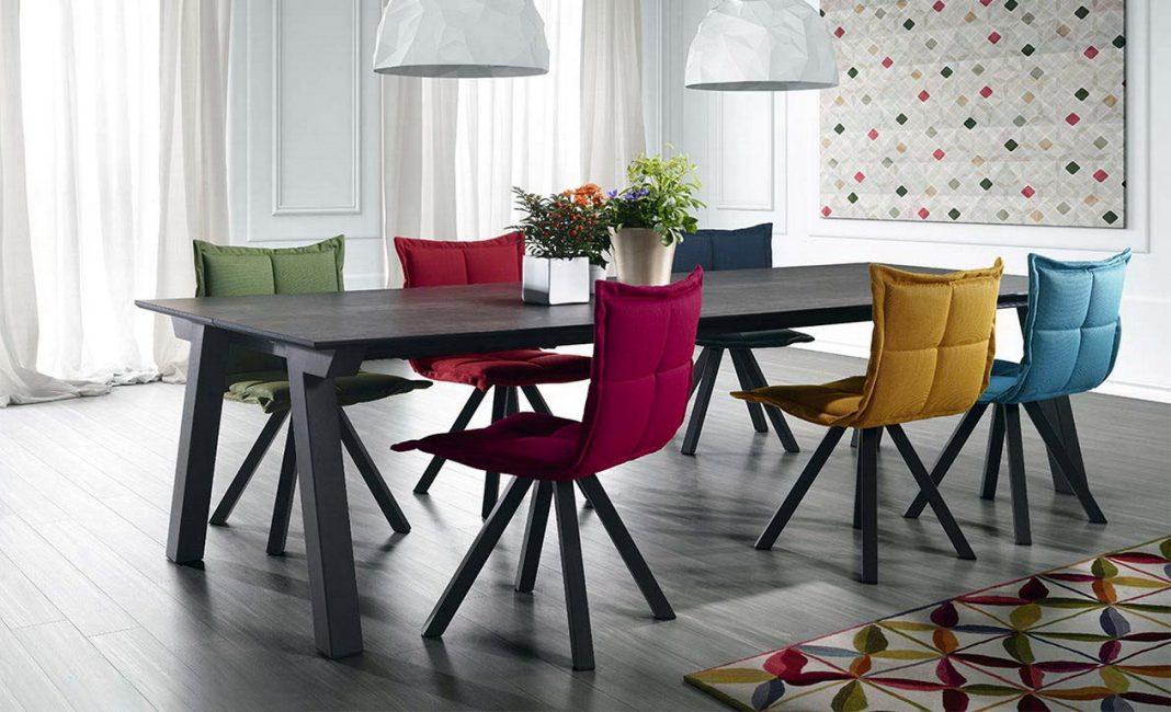 Aksen terang dalam bentuk kerusi berwarna-warni