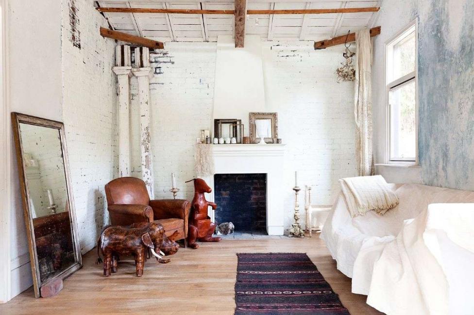 Kadang-kadang perabot dirawat khusus untuk membuat objek kelihatan lebih tua.