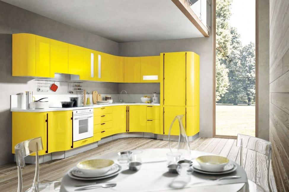 Unsur kuning kelihatan bergaya di dapur ini