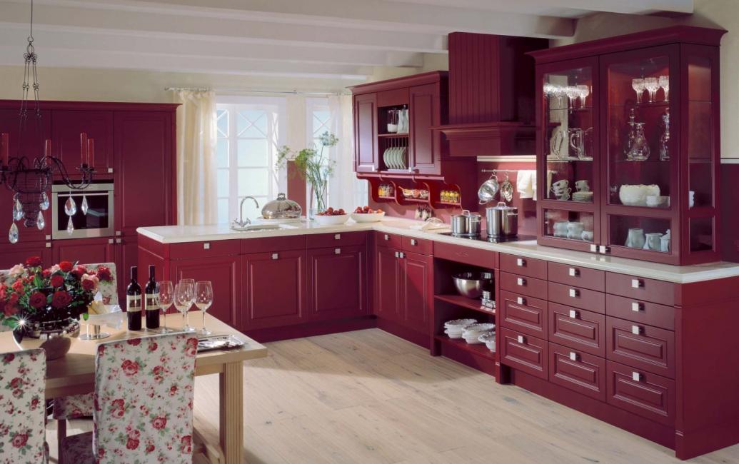 Penggunaan burgundy menambah rahmat dan penghalusan ke pedalaman.