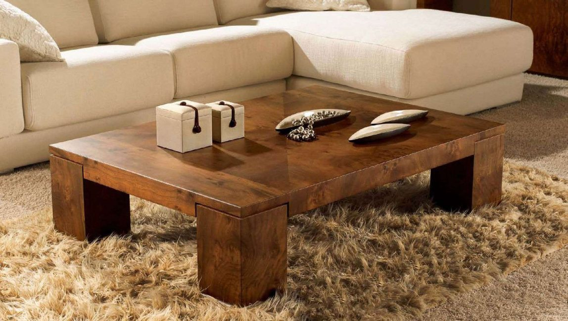 Interior dengan meja kopi diperbuat daripada kayu