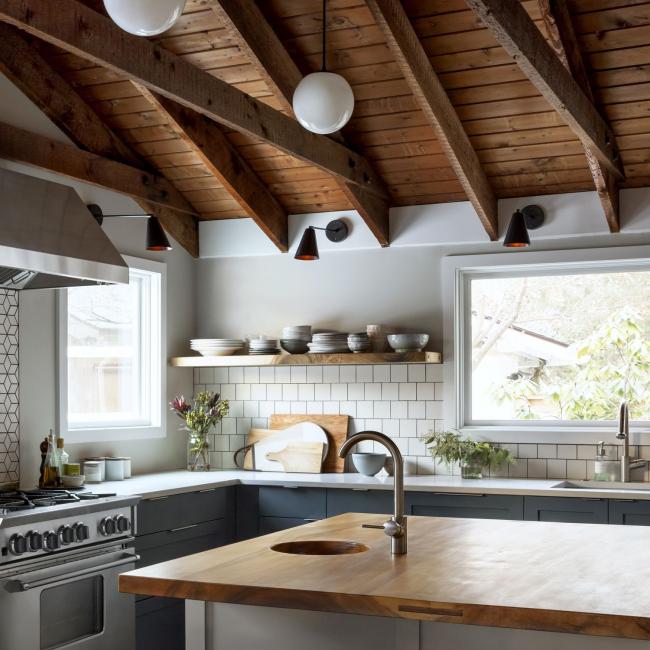 Dapur yang selesa di sebuah rumah persendirian