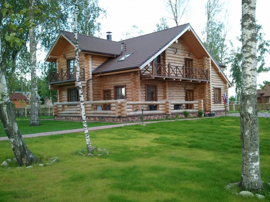 Belle conception de la maison avec pignon
