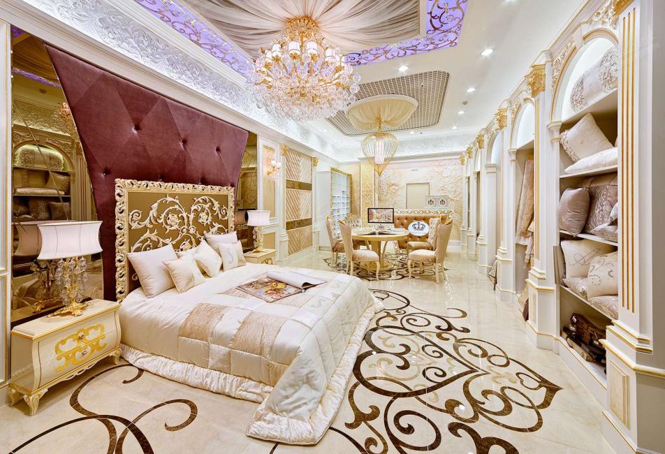 치장 용 벽토는 금색의 힌트가있는 침실에 있습니다.