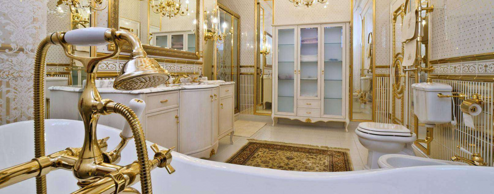 금색 욕실은 아름답고 풍부합니다.