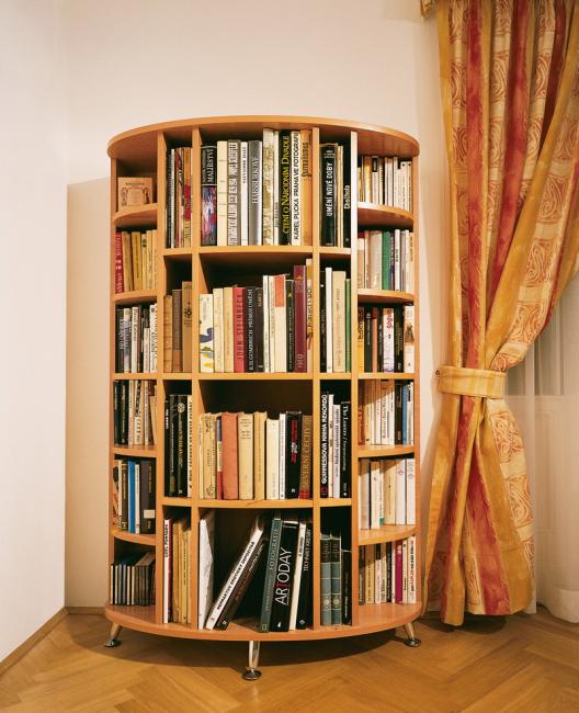 Rak untuk buku disarankan untuk diletakkan di ruang tamu, bilik tidur atau lorong.
