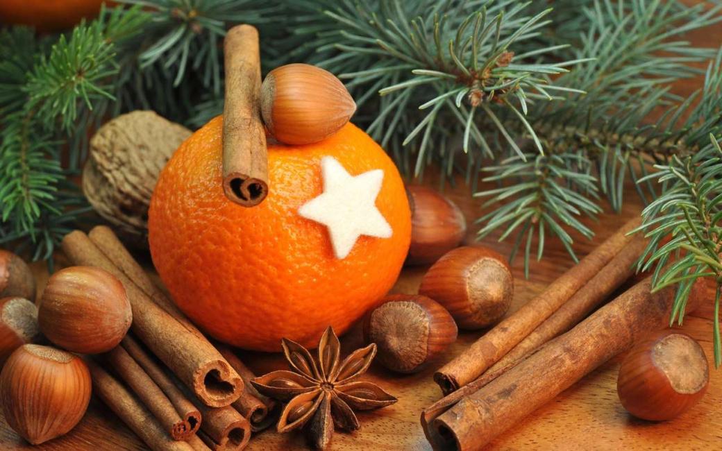 계피와 오렌지는 크리스마스 트리에서 멋지게 보입니다.