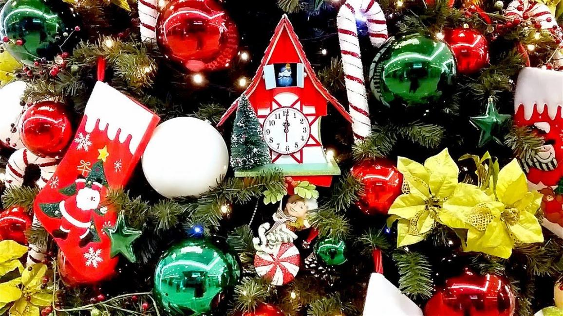 크리스마스 트리 장식 어린이에게 분위기와 즐거움을 추가하십시오.
