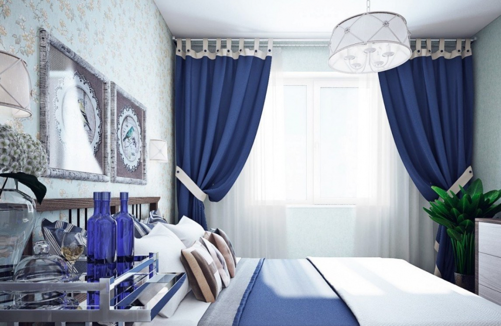 Tirai biru gelap membawa kesejukan ke bilik.